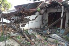 Tidak Kuat Menanjak, Dump Truck Berjalan Mundur Hantam 3 Tiang dan 2 Rumah di Duren Sawit