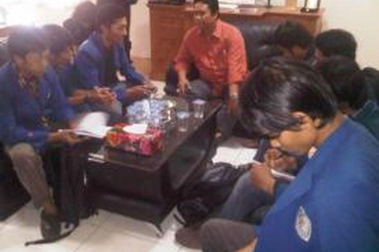 Pengurus BEM Se-Jawa Timur berdiskusi soal pindah coblos dengan Ketua KPU Jawa Timur, Eko Sasmito, Rabu (5/3/2014).