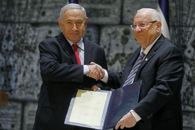 Presiden Israel Reuven Rivlin (kanan) saat menyerahkan surat penunjukkan kepada Benjamin Netanyahu untuk mulai menyusun pemerintahan koalisi yang baru, Rabu (17/4/2019).