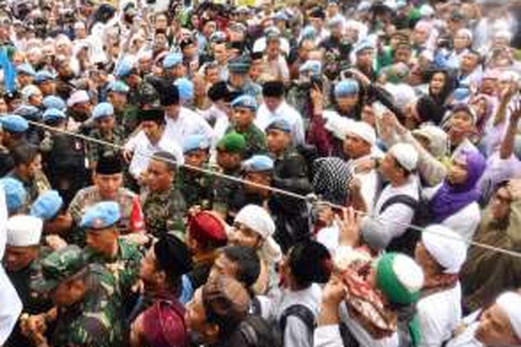 Presiden Joko Widodo berada di tengah kerumunan massa aksi damai di Silang Monas Jakarta, Jumat (2/12/2016).