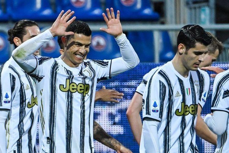 Penyerang Portugal Juventus Cristiano Ronaldo (kiri) melakukan selebrasi setelah mencetak gol ketiganya dalam pertandingan sepak bola Serie A Italia Cagliari vs Juventus pada 14 Maret 2021 di Sardegna Arena di Cagliari.