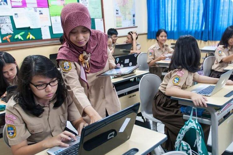 Guru dan siswa dengan pembelajaran quipper.
