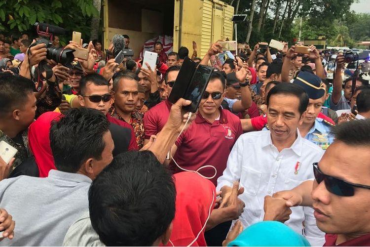 Presiden Joko Widodo saat tiba di Kecamatan Sitiung, Kabupaten Dharmasraya, Provinsi Sumatera Barat, Rabu (7/2/2018).