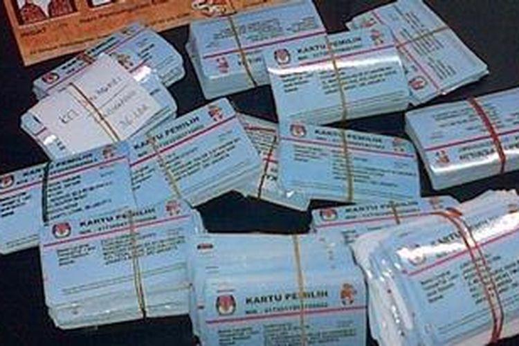 Sebanyak 6.798 kartu pemilih ditarik kembali KPU Jakarta Barat, Selasa (10/7/2012). Penarikan tersebut dikarenakan masih ditemukannya Daftar Pemilih Tetap (DPT) ganda yang ditemukan di Jakarta Barat. Hasil Pleno cagub-cawagub bersama KPU DKI menyatakan data pasti DPT di Jakarta Barat adalah 1.496.636 suara.