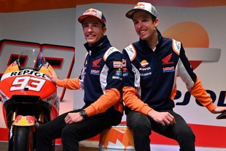 Marc Marquez dan Alex Marquez saat menghadiri peluncuran tim Repsol Honda untuk MotoGP 2020 di Madrid, Spanyol, 27 Januari 2020.