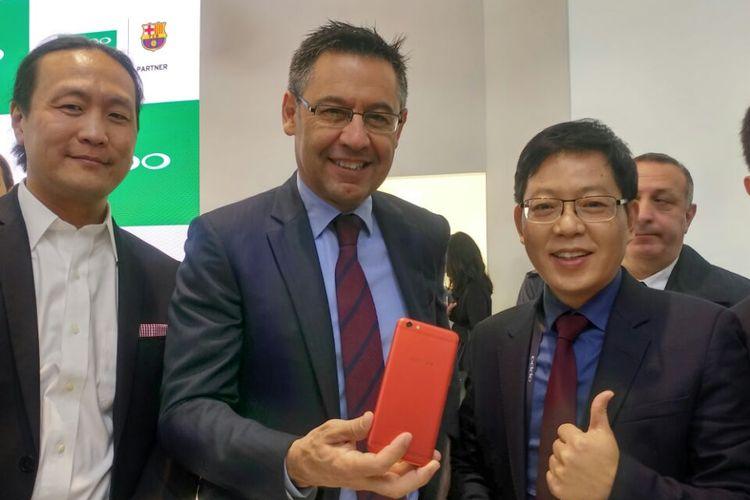 Chairman FC Barcelona, Josep Maria Bartomeu memamerkan gadget Oppo R7 Plus miliknya saat berkunjung ke booth Oppo di ajang MWC 2017.