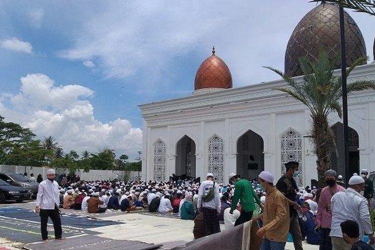 Jemaah Nurul Musthofa memadati Masjid Nurul Musthofa Center di Kalimulya, Cilodong, Depok, pada pemakaman Habib Musthofa bin Jafar Assegaf, Senin (15/3/2021).