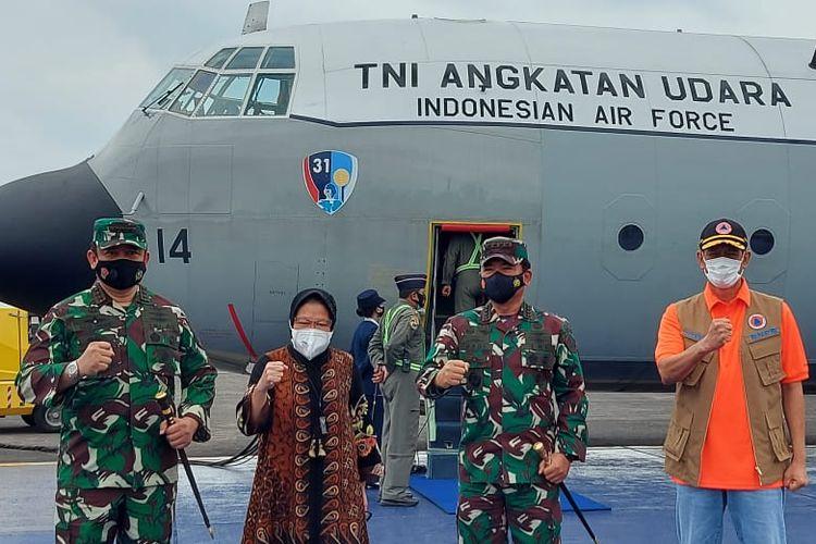 Menteri Sosial Tri Rismaharini bersama Kepala BNPB Doni Monardo meninjau dan memberikan bantuan untuk korban gempa di Majene dan Mamuju Sulawesi Barat, Jumat (15/1/2020).
