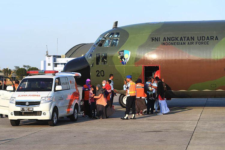 Pengungsi korban konflik di Wamena dievakuasi dengan ambulans setibanya di Lanud Halim Perdanakusuma, Jakarta, Kamis (3/10/2019). Sebanyak 51 korban konflik di Wamena tersebut dievakuasi dengan menggunakan pesawat hercules C130 milik TNI Angkatan Udara.
