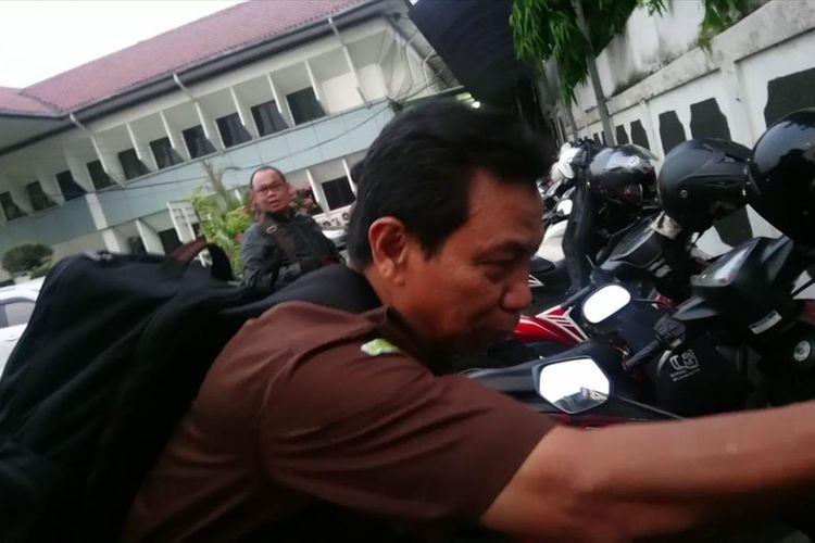 Jaksa Penuntut Umum, Feri P Ekawirya  usai jalani sidang kasus perusakan dan penghilang barang kasus pengaturan skor liga 1 di Pengadilan Negeri Jakarta Selatan, Selasa (2/7/2019)