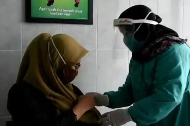 Vaksinator mengikuti simulasi pelaksanaan vaksinasi Covid-19 di Puskesmas Sumurpanggang, Kecamatan Margadana, Kota Tegal, Jumat (15/1/2021) (Istimewa)