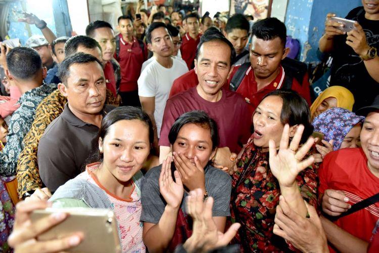 Presiden Joko Widodo beserta rombongan menyempatkan diri jalan-jalan ke kawasan Malioboro, Yogyakarta, Sabtu (30/12/2017).