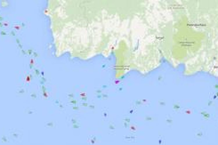 Pantauan perairan dan kapal yang ada di sekitar lokasi jatuhnya pesawat AirAsia QZ8501, di Selat Karimata, sekitar 100 mil dari Pangkalan Bun, Kalimantan Tengah, Jumat (2/1/2015).