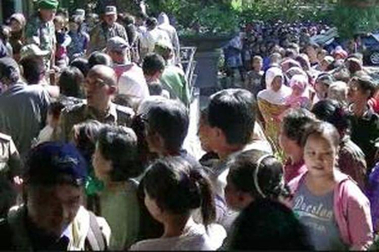 Petugas satpol pp sempat kewalahan mengatur antrian zakat di Balaikota Solo, Kamis (1/8/2013).