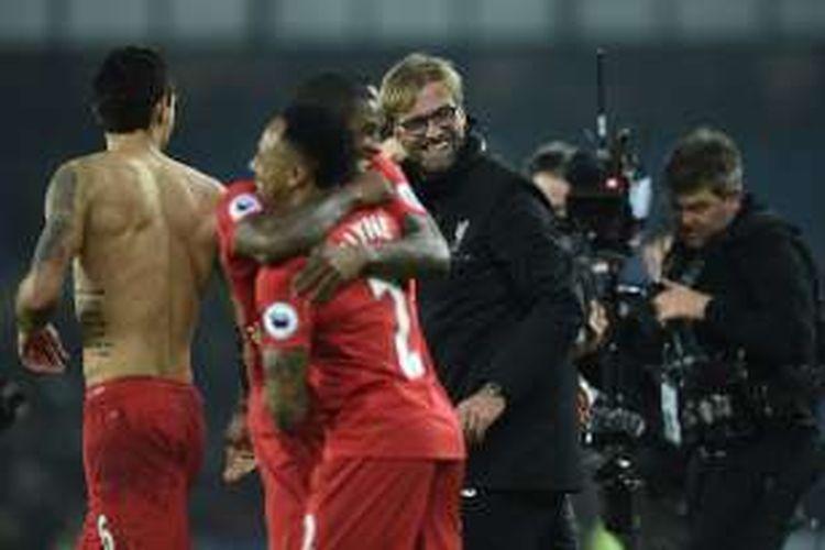 Manajer Liverpool, Juergen Klopp, bersuka cita dengan para pemainnya berkat kemenangan 1-0 atas Everton, di Stadion Goodison Park, Senin (19/12/2016) waktu setempat.