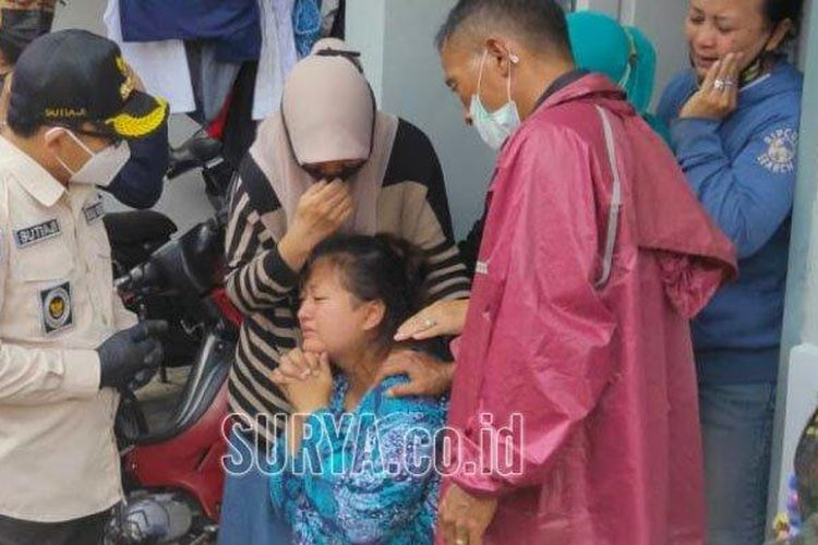 Wali Kota Malang Sutiaji saat menemui istri Roland Sumarna, korban tanah longsor di Perumahan Griya Sulfat Inside Kota Malang, Selasa (19/1/2021). (surya.co.id/rifky edgar)