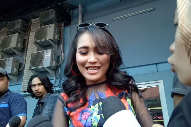 Ayu Ting Ting saat diwawancarai di kawasan Tendean, Jakarta Selatan, Rabu (13/12/2017).