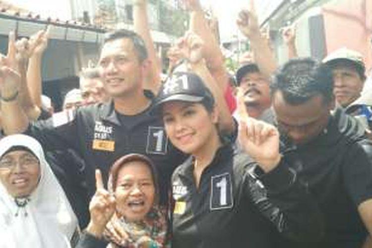 Calon gubernur DKI Jakarta Agus Harimurti Yudhoyono didampingi istrinya, Annisa Pohan, mengunjungi permukiman warga di Kelurahan Cipinang Muara, Jatinegara, Jakarta Timur, Sabtu (24/12/2016).
