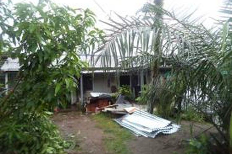 Angin puting beliung menghantam delapan rumah warga di Kota Bengkulu.