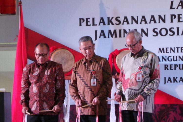 Launching pemberian penghargaan jaminan sosial ketenagakerjaan tahun 2017, di Kemenko PMK, Jakarta Pusat, Selasa (20/6/2017). Dalam foto tersebut ada Direktur Utama BPJS Ketenagakerjaan Agus Susanto (paling kiri), Sesmenko PMK Satya Sananugraha, dan Deputi Kemenko PMK Tubagus Achmad Choesni.