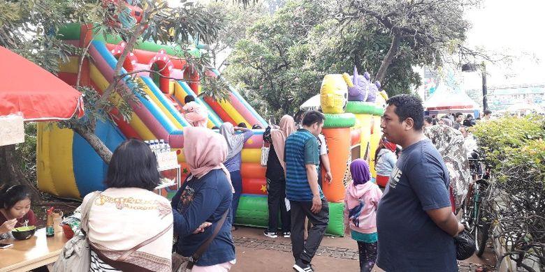 Trotoar di kawasan Tosari, Jalan MH. Thamrin, Jakarta Pusat dimanfaatkan untuk membangun wahana bermaik dalam momen car free day atau hari bebas berkendara pada Minggu (4/11/2018).