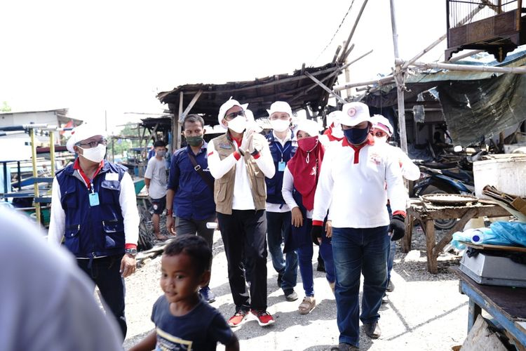 Ketua Relawan Indonesia Bersatu Lawan Covid-19 Sandiaga Uno membagikan sembako kepada nelayan di Kelurahan Pluit, Penjaringan, Jakarta Utara, Rabu (6/5/2020).