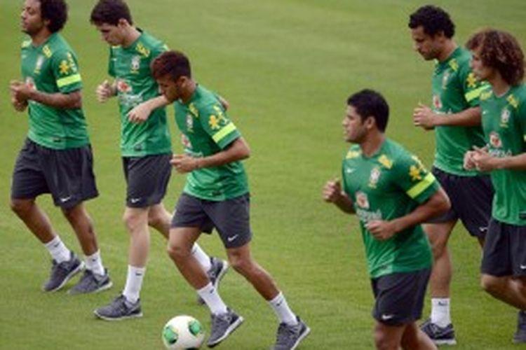 Tim nasional Brasil berlatih jelang melawan Spanyol pada final Piala Konfederasi 2013 di Stadion Maracana, Minggu (30/6/2013).
