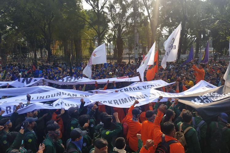 Spanduk berisi tuntutan aksi unjuk rasa Aliansi Mahasiswa Indonesia di Jalan Gatot Subroto, Jakarta Pusat, dekat gedung DPR/MPR, Selasa (1/10/2019).