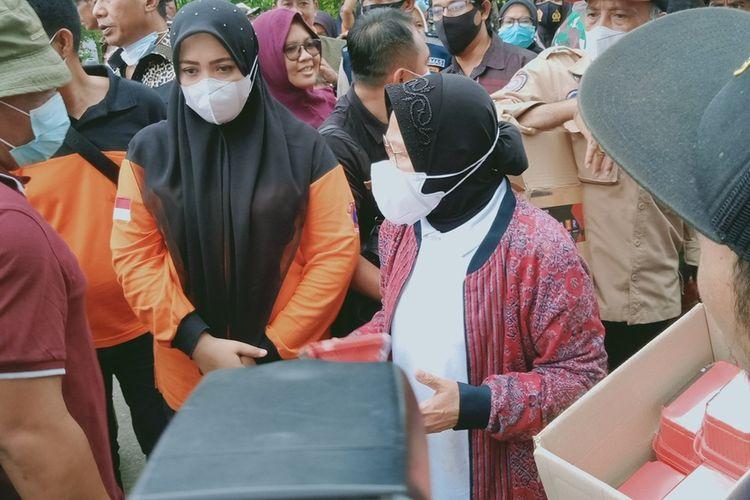 Menteri Sosial (Mensos) Tri Rismaharini mengunjungi korban banjir di Kabupaten Bima, NTB, Senin (5/4/2021).  Dalam kunjungan itu, Risma juga menyalurkan bantuan logistik untuk warga terdampak