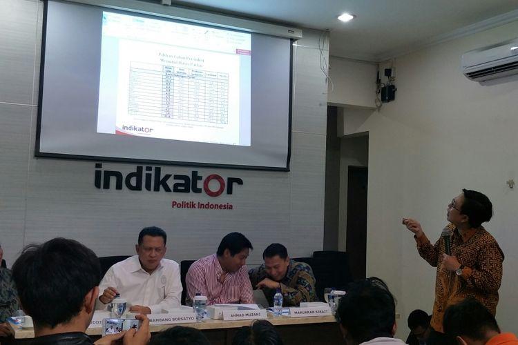 Direktur Eksekutif Indikator Politik Indonesia, Burhanudin Muhtad saat memaparkan temuan survei terbaru Indikator, Kamis (3/5/2018)