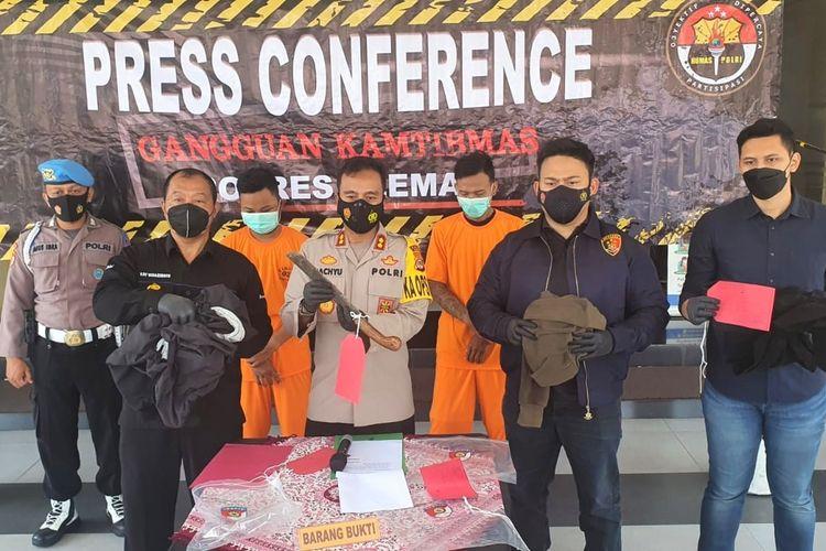 KapolresSlemanAKBP Wachyu Tri Budi Sulistiyono saat menunjukan barang bukti yang berhasil dimankan dari tangan kedua pelaku pembegalan yakni KT (25) dan FRA (24).