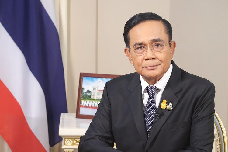 Foto yang dirilis Istana Negara Thailand menampilkan Perdana Menteri Prayuth Chan-ocha duduk di kantornya di Bangkok, pada Rabu (21/10/2020).