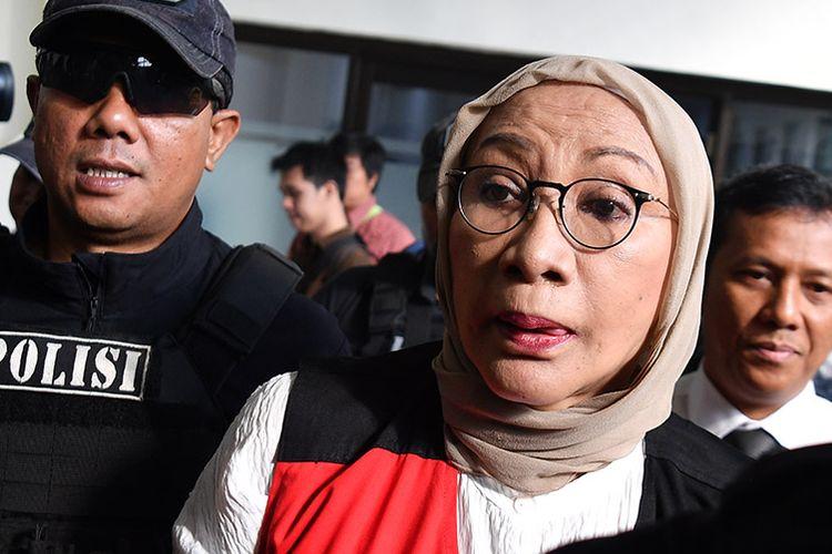 Terdakwa kasus dugaan penyebaran berita bohong atau hoaks penganiayaan Ratna Sarumpaet (tengah) tiba untuk menjalani sidang putusan di Pengadilan Negeri Jakarta Selatan, Jakarta, Kamis (11/7/2019). Ratna sebelumnya dituntut jaksa penuntut umum dengan pidana enam tahun penjara.