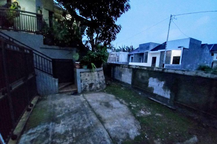 Akses rumah warga di Serua, Ciputat, Tangerang Selatan ditutup tembok setinggi dua meter, Selasa (7/9/2021).