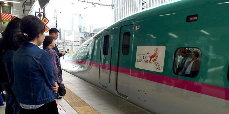 Pemerintah Jepang mengemas beragam wisata alam hingga atraksi lintas prefektur di wilayah Tohoku demi menarik kunjungan turis. Untuk perjalanan antarprefektur Fukushima, Iwate, Aomori, Miyagi, Akita, Yamagata, dan Niigata, kereta peluru shinkansen menjadi pilihan utama. Tampak sebuah shinkansen di Stasiun Tokyo bersiap menuju kota Hirosaki, Prefektur Aomori, Jumat (10/5/2016) lalu.
