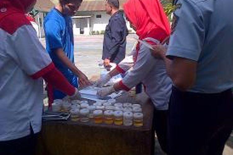 Ilustrasi: Seorang tahanan (berbaju biru) usai menjalani tes urine yang dilakukan oleh BNN Kendari di Rutan Kendari, Sulawesi Tenggara, Rabu (14/8/2013). Hasilnya enam tahanan dan napi positif pakai narkoba