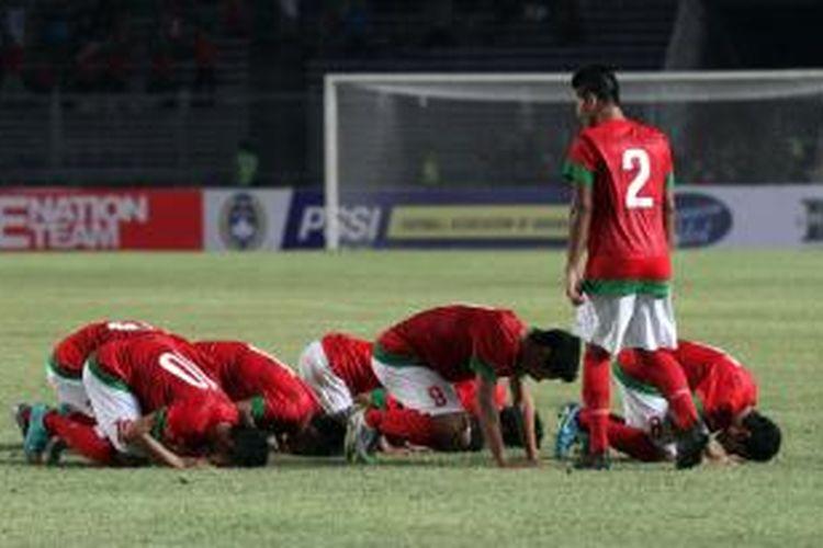 Pemain Indonesia melakukan selebrasi usai membobol gawang Filipina dalam pertandingan kualifikasi Piala Asia U-19 di Stadion Utama Gelora Bung Karno, Jakarta, Kamis (10/10/2013). Timnas Indonesia mengalahkan Filipina 2-0.