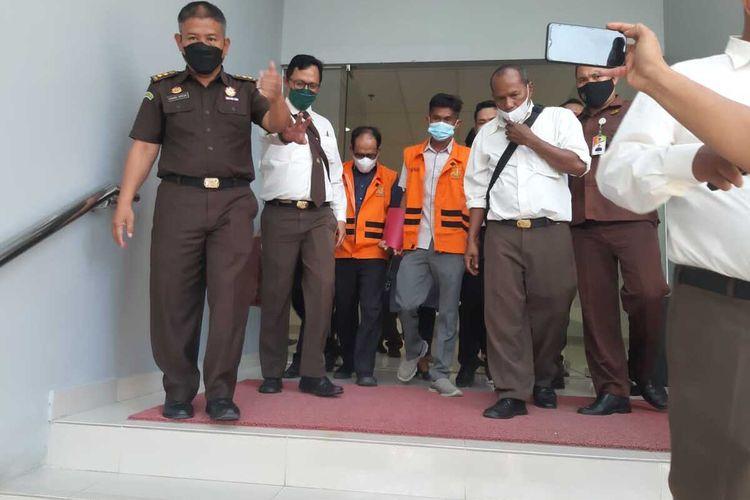 MD Rizal dan Tengku Pirda mengenakan rompi oranye usai dilakukan pemeriksaan di Kejati Riau atas kasus robohnya turap objek wisata Danau Tajwid di Kabupaten Pelalawan, Riau, Kamis (22/7/2021).