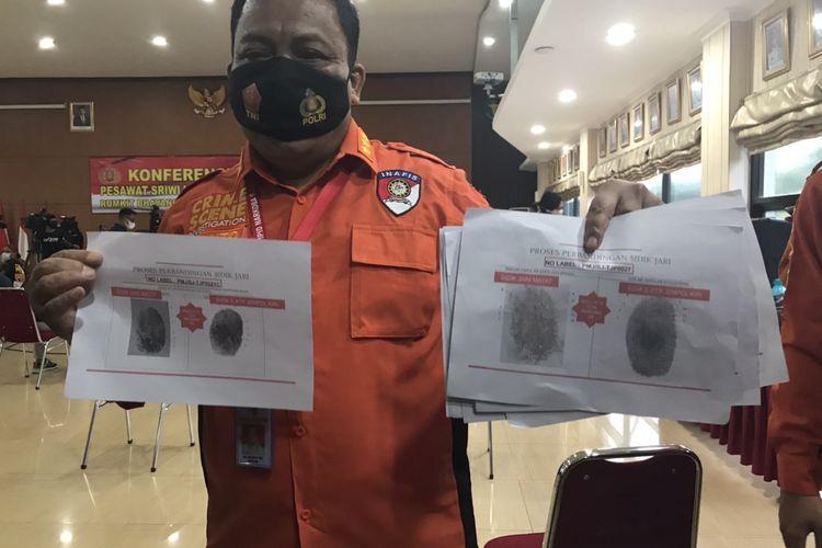 Tim DVI Rumah Sakit Polri Kramat Jati menunjukkan sidik jari korban atas nama Indah Halimah Putri dan Agus Minarni, dua korban jatuhnya pesawat Sriwijaya Air SJ-182 rute Jakarta-Pontianak di Rumah Sakit Kramat Jati, Jakarta Timur pada Rabu (13/1/2021).