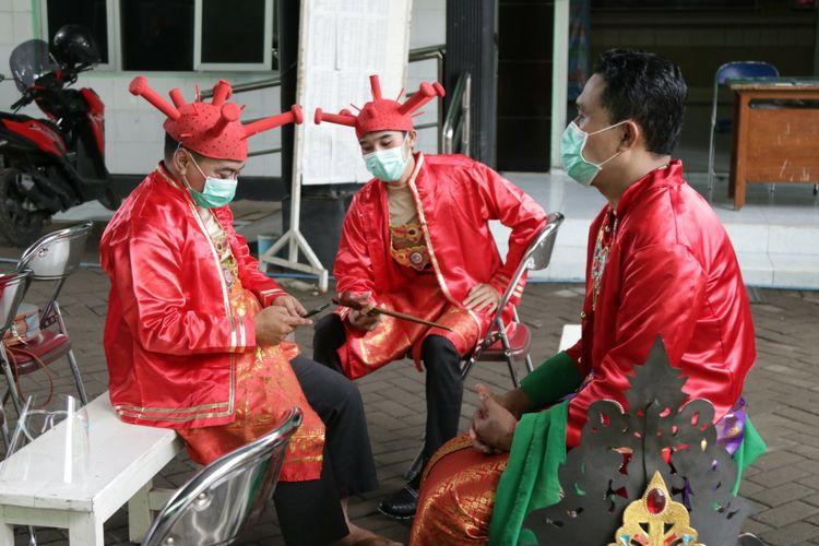 Nakes Puskesmas Balowerti, Kota Kediri, Jawa Timur berkostum unik saat vaksinasi Covid-19, Kamis (28/1/2021).
