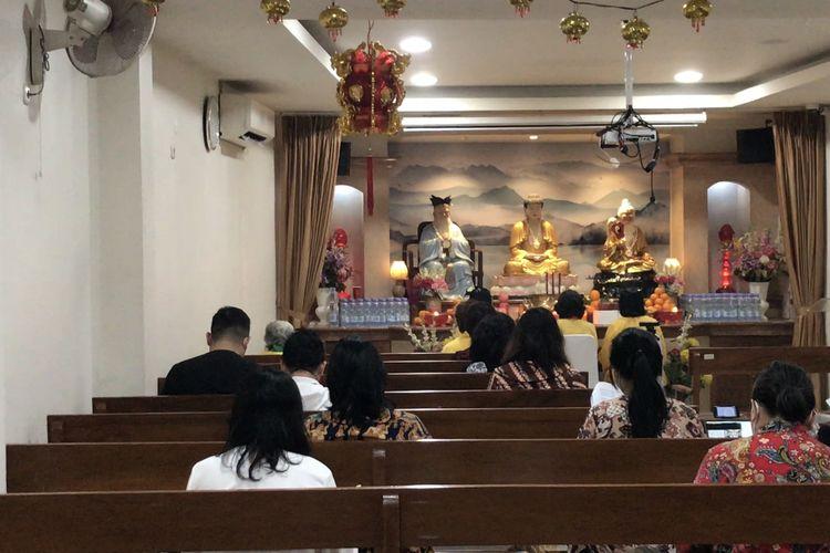 Umat Buddha menjalankan ibadah Hari Raya Waisak 2021 di Vihara Hok Tek Tjeng Sin, Kebayoran Lama, Jakarta Selatan pada Rabu (26/5/2021) sore.