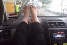 Jangan Pernah Taruh Kaki di Dasbor Mobil