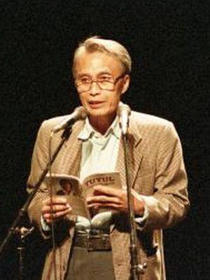 Penyair Sapardi Djoko Damono dengan penuh perasaan membacakan puisi dalam acara Malam Baca Puisi Selebriti yang diadakan oleh panitia Festival November 1998 yang berlangsung di Graha Bhakti Budaya Taman Ismail Marzuki, Jumat (4/12/1998).
