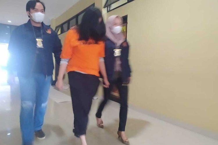 NL (36) ASN asal Lampung Utara yang ditangkap polisi karena menipu 24 orang dengan modus tawaran sebagai honorer. Tersangka meraup Rp 569 juta dari penipuan itu.