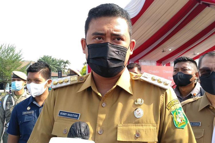 Wali Kota Medan, Bobby Afif Nasution menjelaskan pihaknya mengecek kesiapan pelaksanaan vaksinasi drive thru di Lanud Soewondo yang akan dimulai secara resmi pada Rabu (7/4/2021). Pihaknya menargetkan ada 1.000 orang yang divaksin per hari dengan melihat kemampuan vaksin.