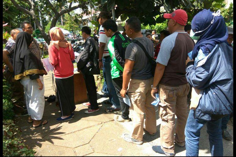 Antrean sidang tilang yang dipadang diatas trotoar Kejaksaan Negeri Jakarta Pusat.