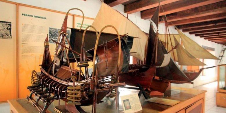 Miniatur perahu mengisi salah satu sudut ruang pamer Museum Bahari di Jalan Pasar Ikan 1 Penjaringan, Jakarta Utara, Rabu (30/1/2013). Hasil registrasi ulang tahun 2011-2012, museum tersebut memiliki 768 koleksi. Sekitar 200 item di antaranya adalah benda asli dan sisanya berupa miniatur atau replika.