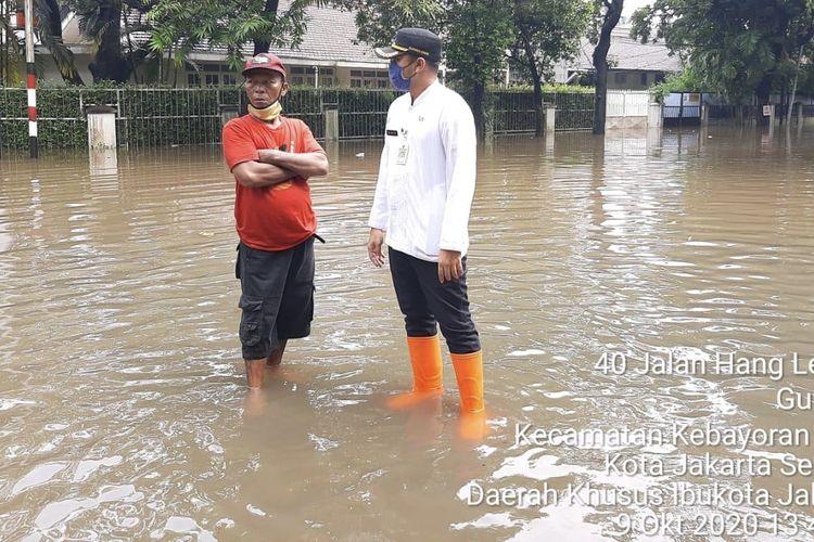 Sejumlah titik di Jakarta Selatan tergenang air pasca-diguyur hujan deras pada Jumat (9/10/2020) siang.
