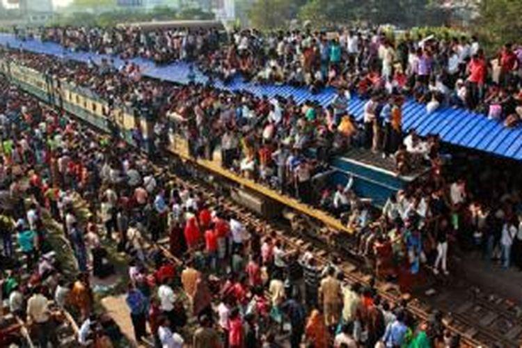 Kondisi angkutan kereta api di Dhaka, ibukota Banglades, jelang Hari Raya Idul Fitri.