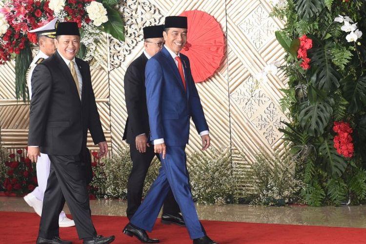 Presiden Republik Indonesia Joko Widodo bersama Ketua DPR RI Bambang Soesatyo berjalan menuju ruang sidang di Gedung Nusantara DPR RI